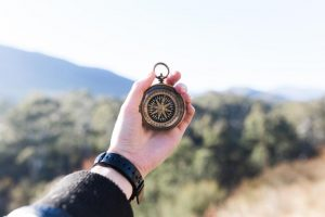 Boussole dans la main : pour savoir ou aller