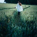 Femme marchant dans un champ de blé