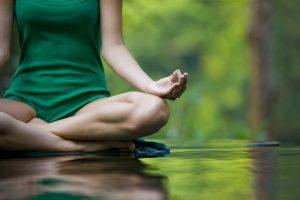 Position du demi lotus pour pratiquer la méditation de pleine conscience
